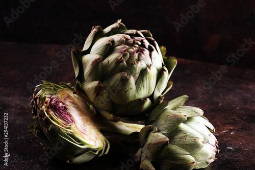 Photo artichokes on rustic dark background