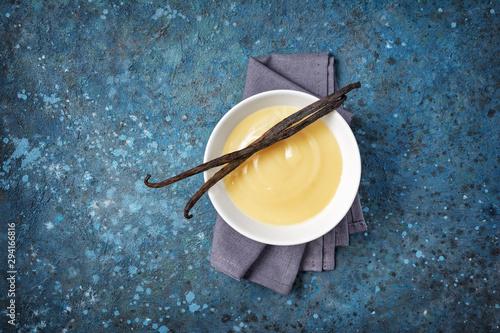 Close-up of vanilla sauce in white bowl Fototapete