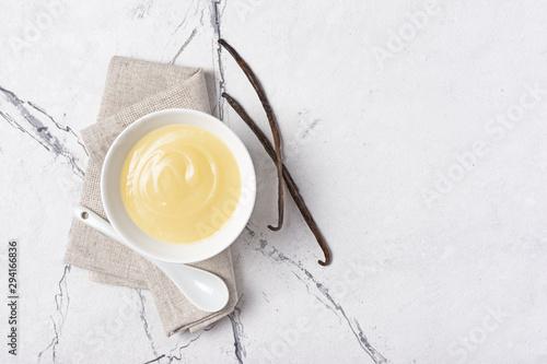 Cuadros en Lienzo Bowl of vanilla sauce with spoon