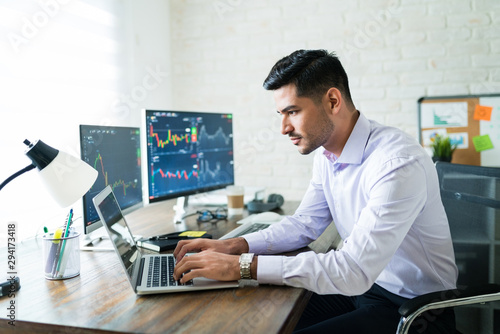 Hispanic Finance Professional Making Money Online Fotobehang