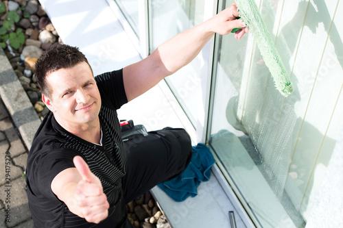 gebäudereiniger zeigt daumen hoch Wallpaper Mural