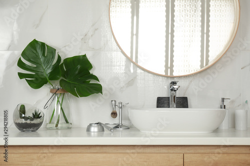 Photo Stylish bathroom interior with vessel sink and decor elements