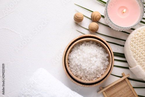 Poster Individuel Flat lay composition with sea salt on white background, space for text. Spa treatment