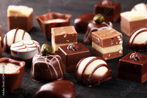 Pinturas sobre lienzo  a lot of variety chocolate pralines, belgian confectionery gourmet chocolate
