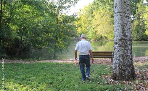 Anziano solitario al parco - solitudine Fototapeta