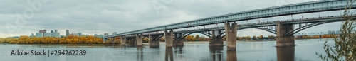 Fotografía  Panoramic shot of river Ob and its bank in Novosibirsk, Russia during autumn: a