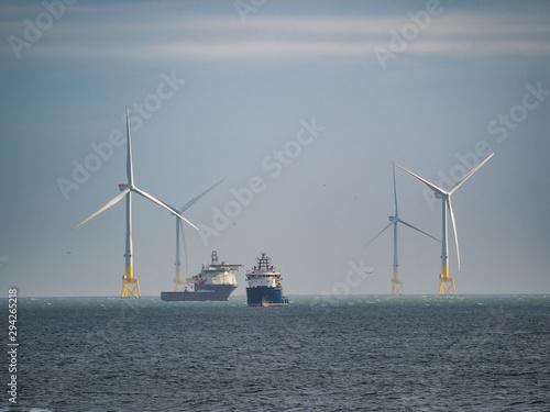 Photo Aberdeen / Szkocja - 6 października 2019: Statki i farma wiatrowa przy brzegu Ab
