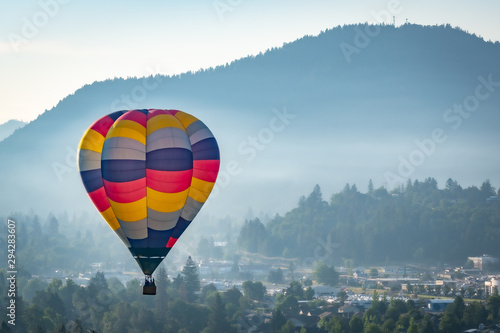 Tuinposter Ballon Colorful hot air balloon over Grants Pass Oregon on a beautiful summer morning