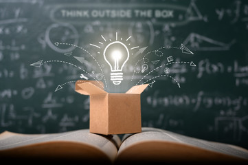 pomyśl nieszablonowo na szkolnej zielonej tablicy. koncepcja edukacji startupowej. kreatywny pomysł. przywództwo.