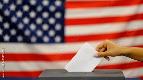 woman putting a ballot in a ballot box on election day Fototapet