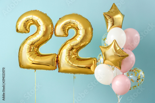 Fotografia  Figure 22 and different balloons on color background