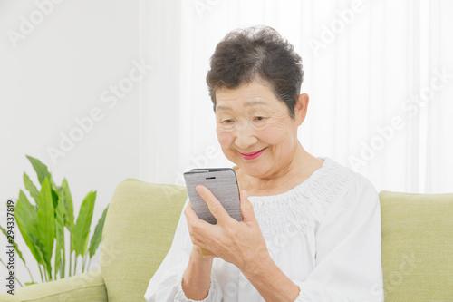 Obraz na plátně  シニア女性 スマートフォン