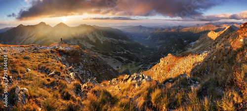 Montage in der Fensternische Landschaft Slovakia mountain landscape at dramatic sunset, Panorama of Rohace Tatras