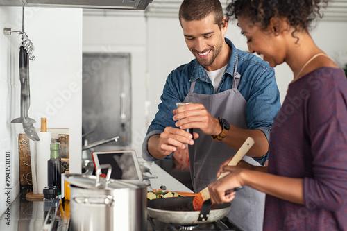 Man adding pepper in tomato sauce Fototapet
