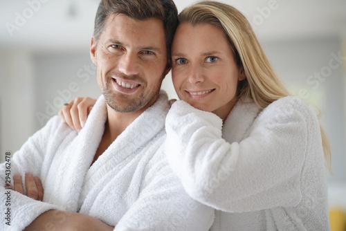 Fotografia  Young casual couple in white bathrobe