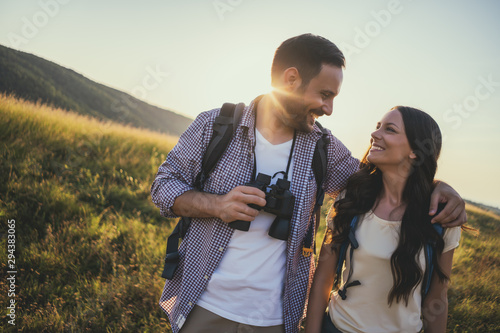 Fotografia Happy couple is hiking in mountain