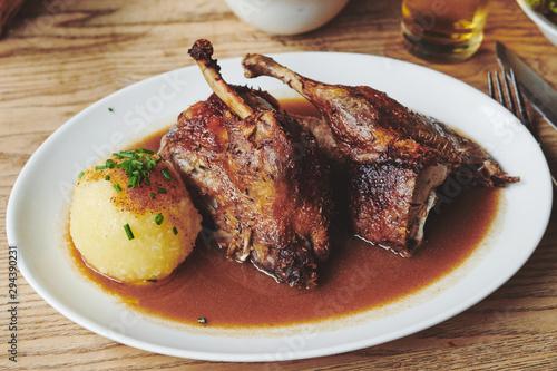 Fototapeta Ente gebraten Weihnachten Essen mit Knödel und Blaukraut Bier obraz
