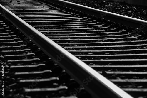 Spoed Fotobehang Spoorlijn Schienen Gleise Bahnstrecke Nahaufnahme schwarz weiß