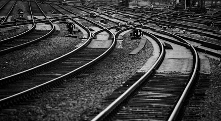 Schienen Gleise Eisenbahn Bahnstrecke Nahaufnahme Kurve Weichen schwarz weiß Deutschland Schwellen Signale Railway Tracks Curve Switsch Germany