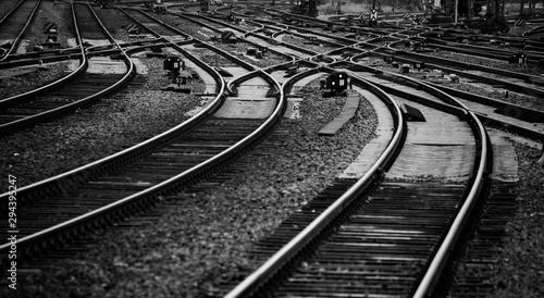 Fototapeta Schienen Gleise Eisenbahn Bahnstrecke Nahaufnahme Kurve Weichen schwarz weiß Deutschland Schwellen Signale Railway Tracks Curve Switch Germany Bogen parallel Zukunft Perspektive Infrastruktur obraz