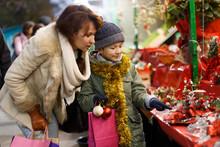 Family Shopping On Christmas F...