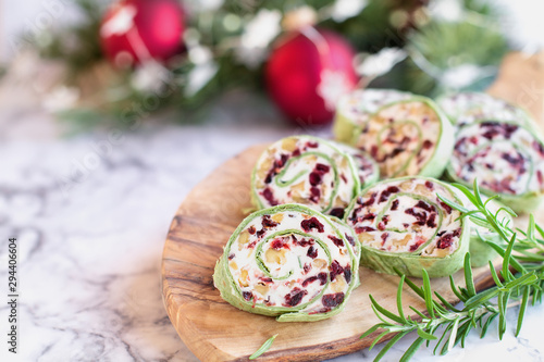 Photo Fresh homemade cranberry pinwheels made with cream cheese, dried cranberries, walnuts, goats cheese and rosemary ready for the holidays