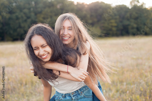 Photo  Two happy young women having fun outdoors. Best friends