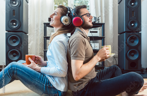 Fotomural Couple with headphones enjoying music from the Hi-Fi stereo