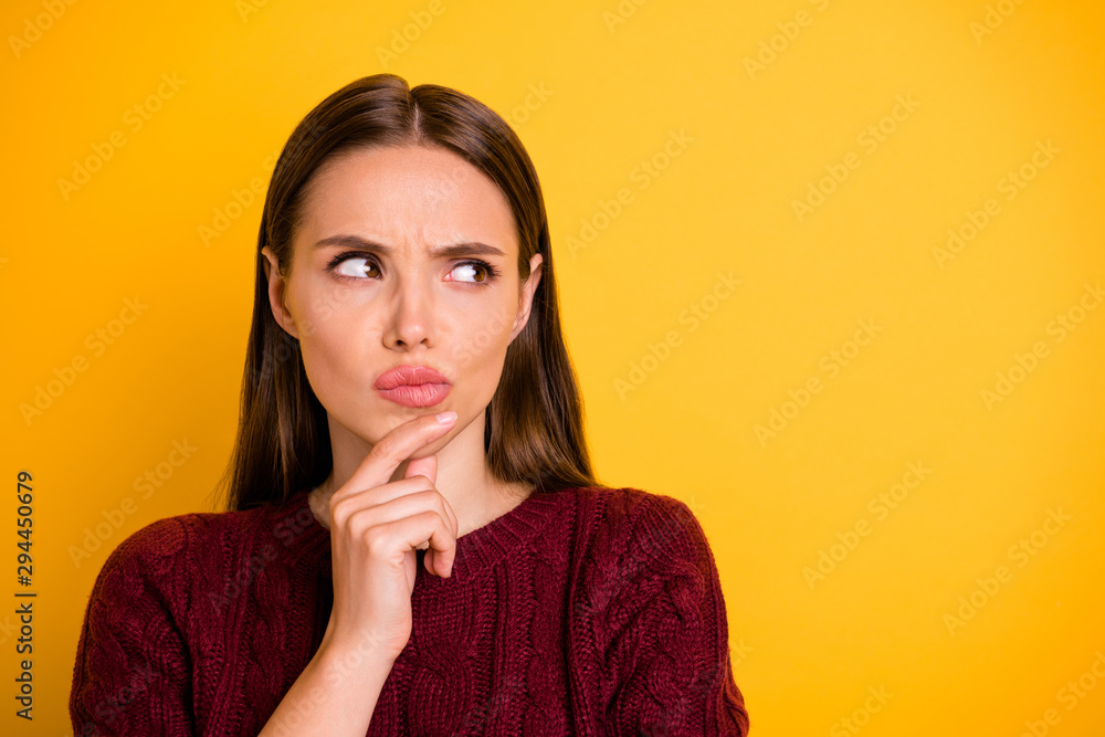 Fotografía  Close up photo of attractive charming pretty cute girl touching her chin while p