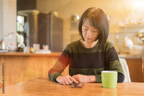woman using smartphone Tableau sur Toile