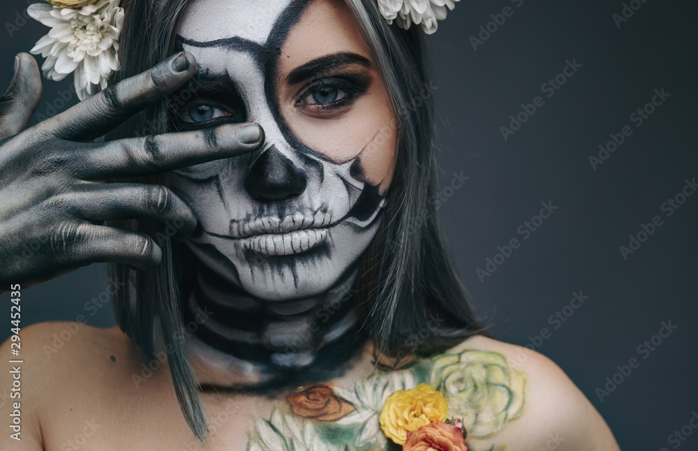Fototapety, obrazy: Spooky lady gesturing V sign