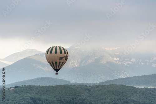 Fond de hotte en verre imprimé Taupe A hot air balloon flies over a sea of clouds in the region of La Garrotxa, in Girona (Spain) at dawn.
