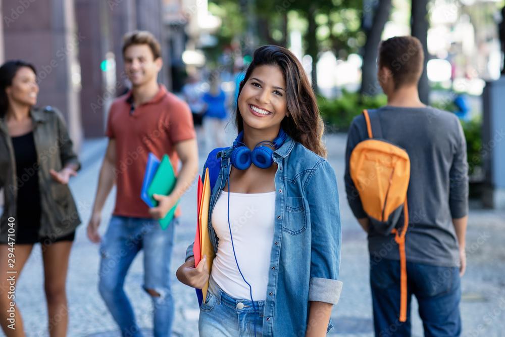 Fototapeta Junge Studentin auf dem Weg zur Uni
