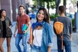 Junge Studentin auf dem Weg zur Uni
