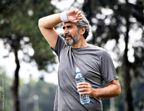 Fotografia senior man running exercising sport fitness active fit