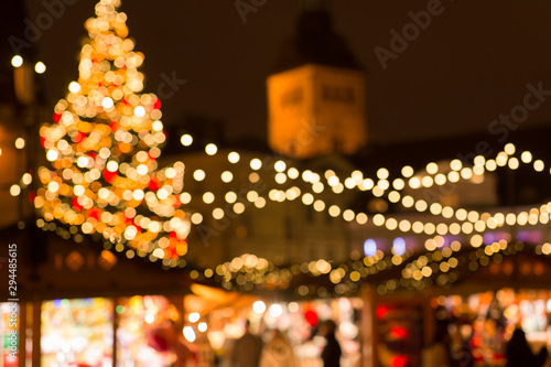 Photo  winter holidays and celebration concept - blurred christmas market in evening at