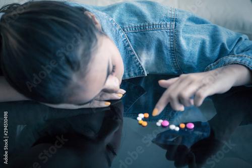 Addicted teenage looks depressed at home Fototapete