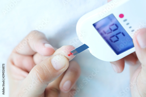 Fotografía hand of people check diabetes and high blood glucose monitor with digital pressure gauge
