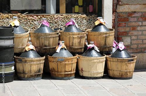 Fotografia demijohns for storing wine  after the harvest