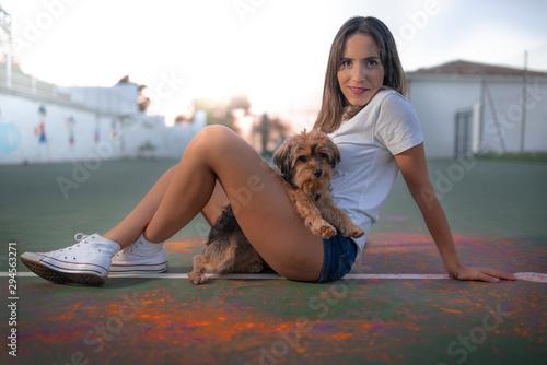 chica posando con mascota en pista polideportiva Wallpaper Mural
