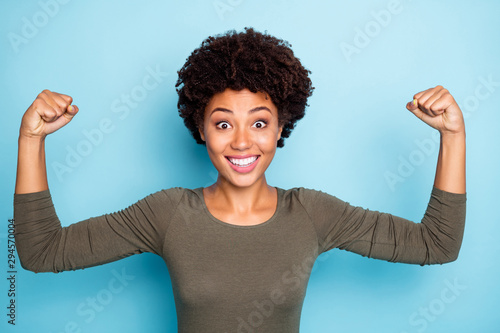 Portrait of amazed crazy mulatto girl show muscles impressed by her power scream Fototapet