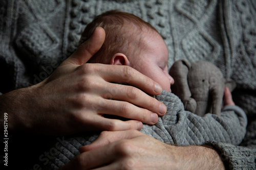 Carta da parati  A father holding his baby son on his chest