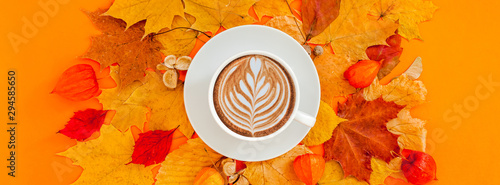 Montage in der Fensternische Kaffee Coffee latte cup in dry autumn leaves wreath frame