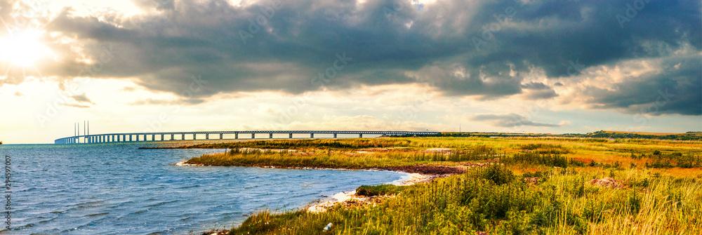 Fototapeta Naturlandschaft und Öresundbrücke in Fasterbo, Schweden