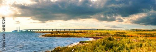 Obraz Naturlandschaft und Öresundbrücke in Fasterbo, Schweden - fototapety do salonu