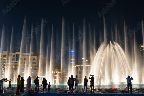Silhouettes of people enjoying the fountain show in Dubai at night, United Arab Fotobehang