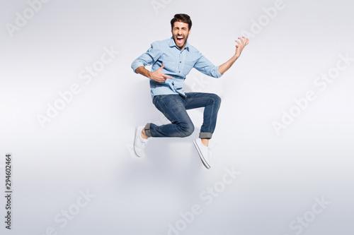 Fotografía Full length photo of wild multiethnic guy jumping high at hard rock concert play