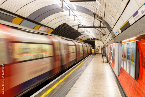Cuadros en Lienzo Underground Tube Station with Moving train motion blurred in London, UK