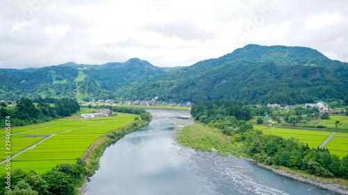 Obraz 新潟県十日町の春の田んぼと川 - fototapety do salonu
