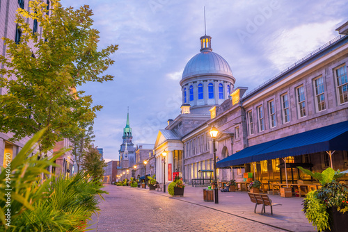 Old town Montreal at famous Cobbled streets at twilight Fototapet